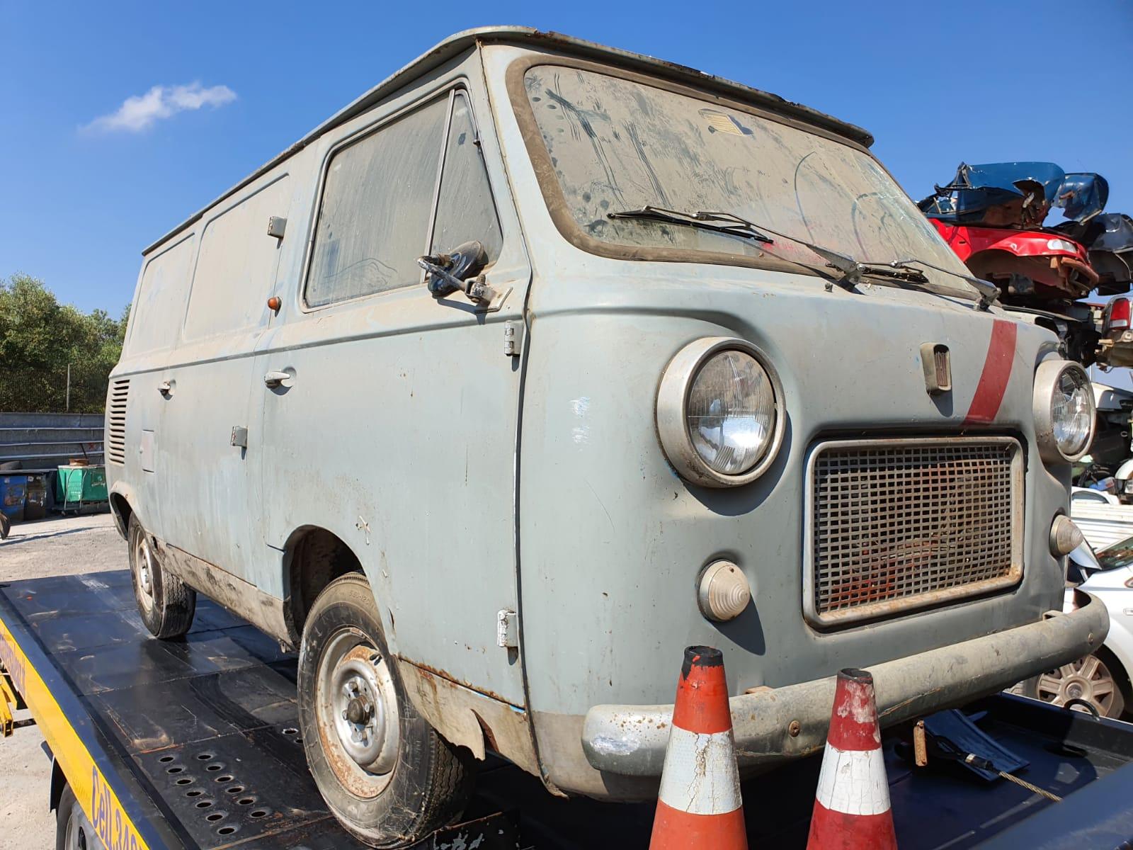 Read more about the article FIAT 850  furgoncino degli anni 60, disponibile nel nostro autoparco di demolizione per la vendita di ricambi usati. Cell 348 584 6422